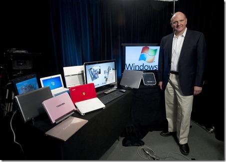 Steve Ballmer présentant les matériels supportant Windows 7. Le contraste est saisissant avec Steve Jobs présentant d'ipad.