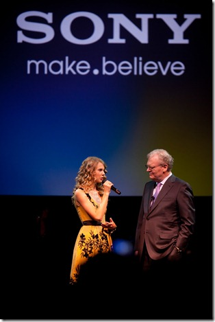 Howard Stringer from Sony and Taylor Swift Jan2010 (1)